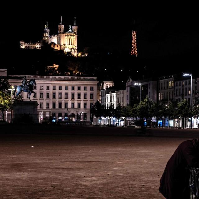 Prizor s opustjelog trga u Lyonu