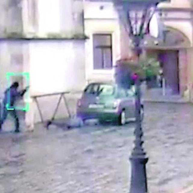 <br /> <br /> Policajac ispaljuje metke na napadača koji se vratio iz Mletačke ulice gdje je ponovno napunio pušku i krenuo drugi put prema ulazu u Vladu
