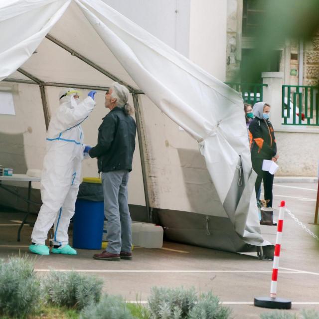 Ilustracija: Uzimanje briseva na koronavirus u dvorištu Zavoda za javno zdravstvo Istraske županije.<br />