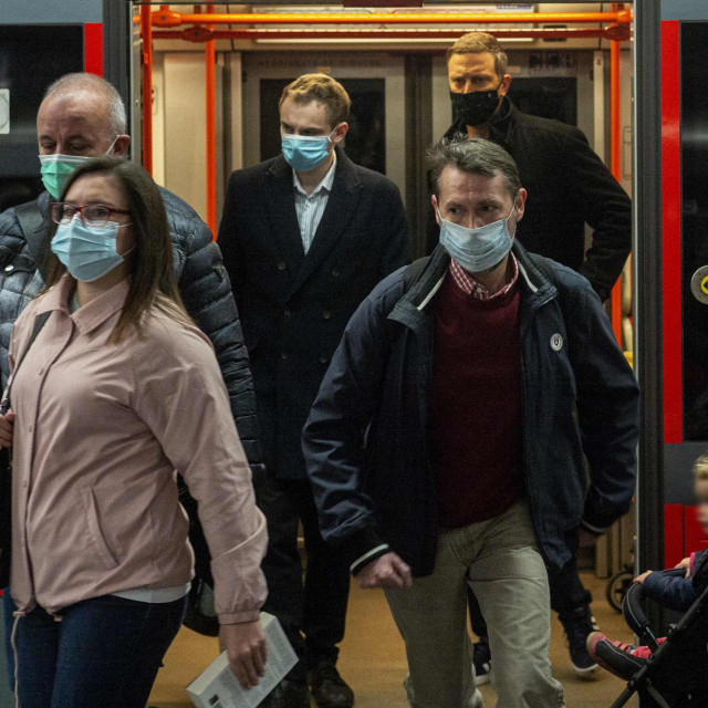 Putnici s obaveznim maskama u metreou u Pragu