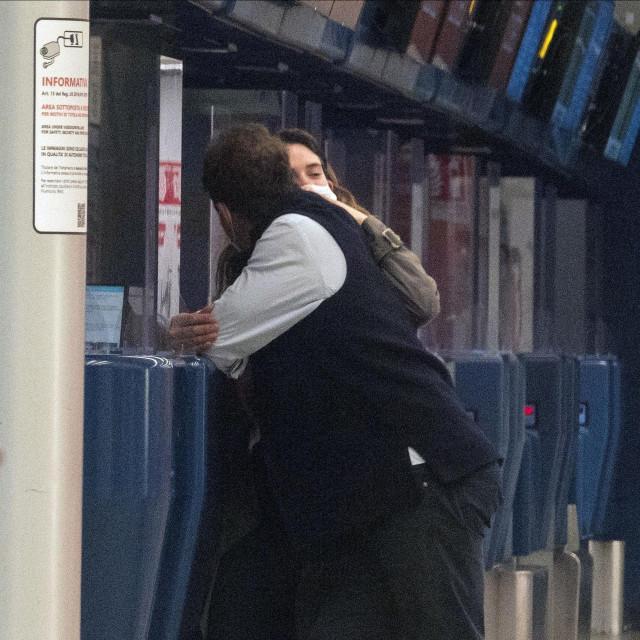 Lily James i Dominic West na aerodromu