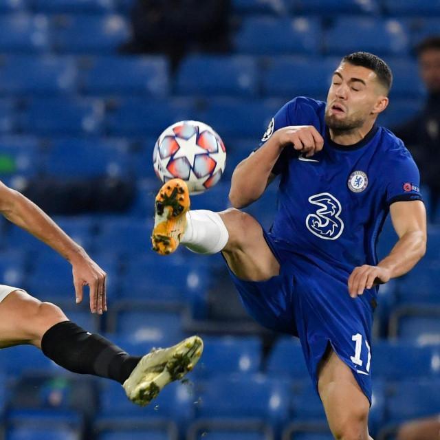 Mateo Kovačić u duelu s Lucasom Ocamposom