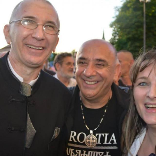Don Vinko Puljić (u sredini)