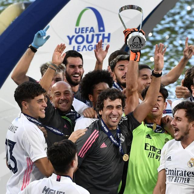 Slavlje Raula i njegovih klinaca nakon osvajanja Uefine Lige mladih