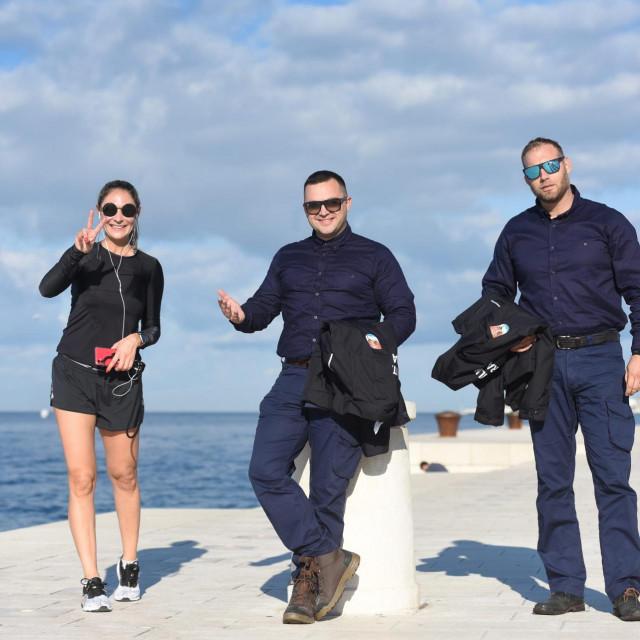 Mate Lukić i Šime Radošević sa turistkinjom na zadarskoj rivi