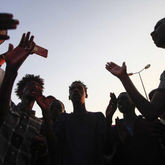 Sudanese protesters gather to block access to the Mansheiya bridge, over the Blue Nile, in the capital Khartoum on October 23, 2020, during a demonstration demanding justice for a man killed in earlier demonstrations over a deepening economic crisis. - A 20-year-old protester was shot dead by police, earlier in the week, and at least 14 others were injured, according to a committee of doctors linked to a protest movement that led to Bashir's downfall. (Photo by Ebrahim HAMID/AFP)