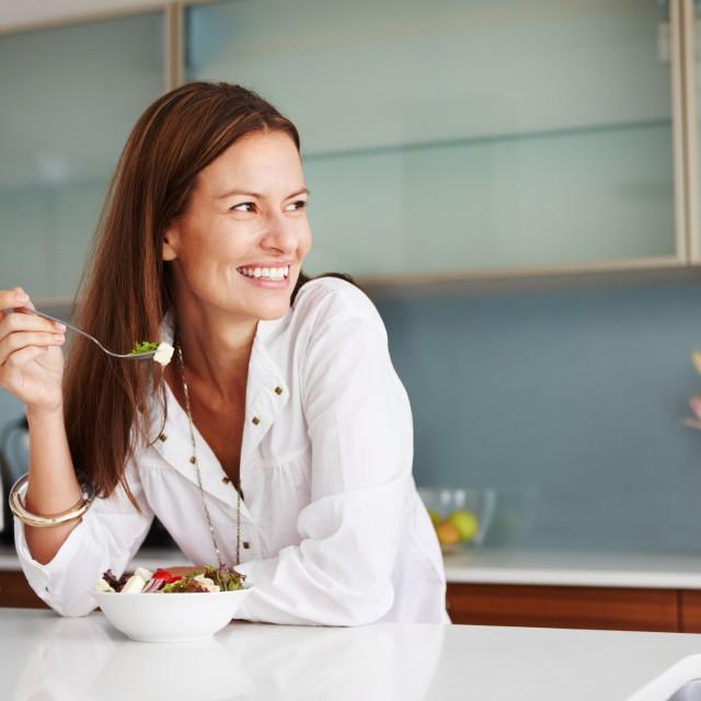 Jede se u salatama, umacima i juhama, uz meso, začin je za namaze, maslac i sir