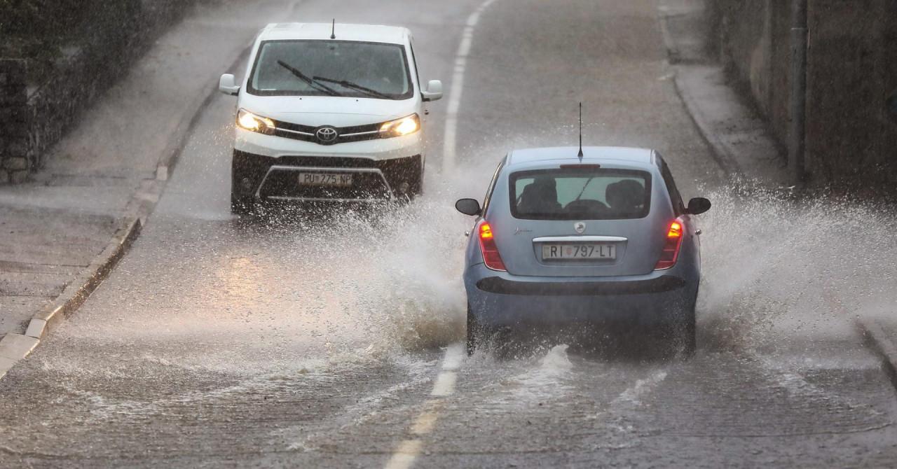 Kolaps u Rijeci zbog obilne kiše: Bujica izbacivala šahtove, u podvožnjaku se stvorilo jezero