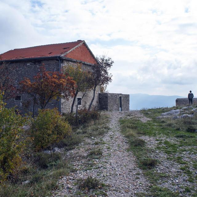 Kameni tornjevi Velebita Tulove grede, na staroj makadamskoj Majstorskoj cesti koja vodi od Obrovca preko Velebita. Ostaci nekadašnjih svratišta i obiteljskih kuća.<br />