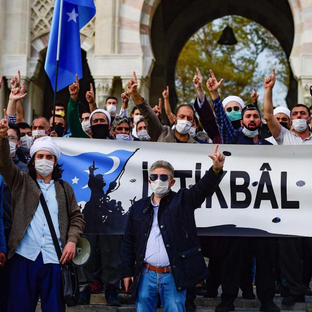 """Turci prosvjeduju protiv Francuske nakon što je tamošnji predsjednic Recep Tayyip Erdogan oštro napao francuskog koleguEmmanuela Macrona, zatraživši da """"provjeri svoje mentalno zdravlje"""""""