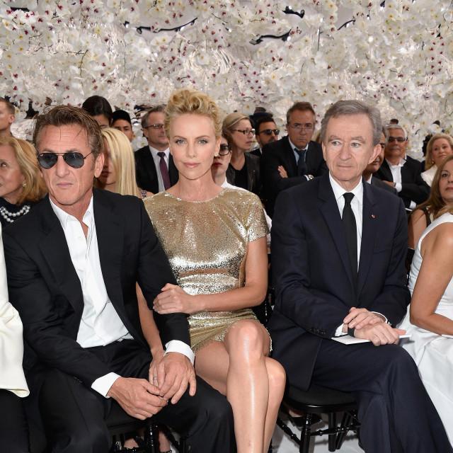 Sean Penn, Charlize Theron i Bernard Arnault