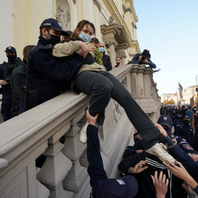 Članovi krajnje desne organizacije i policija uklanjaju prosvjednicu s prostora crkve