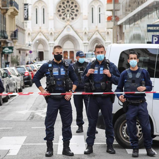 Policija blokira pristup crkviNotre-Dame de l'Assomption Basilica u Nici