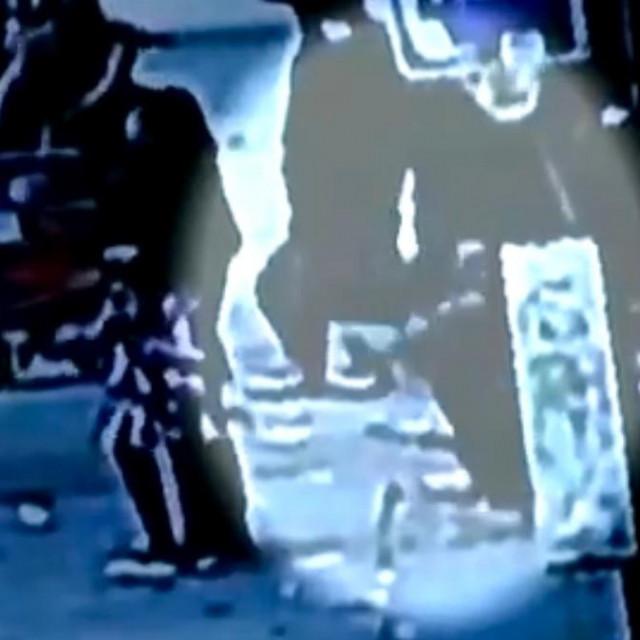 Muškarac propao kroz pločnik u rupu punu štakora