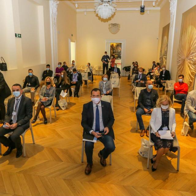 Vučetić i Radović na konferenciji u Zadru (drugi red, desno)