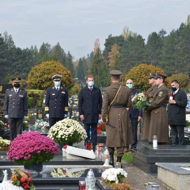 Izaslanstva MORH-a i OS RH predvođena ministrom Marijom Banožićem i admiralom Robertom Hranjem položila su vijence i zapalila svijeće na grobovima bivših ministara i generala