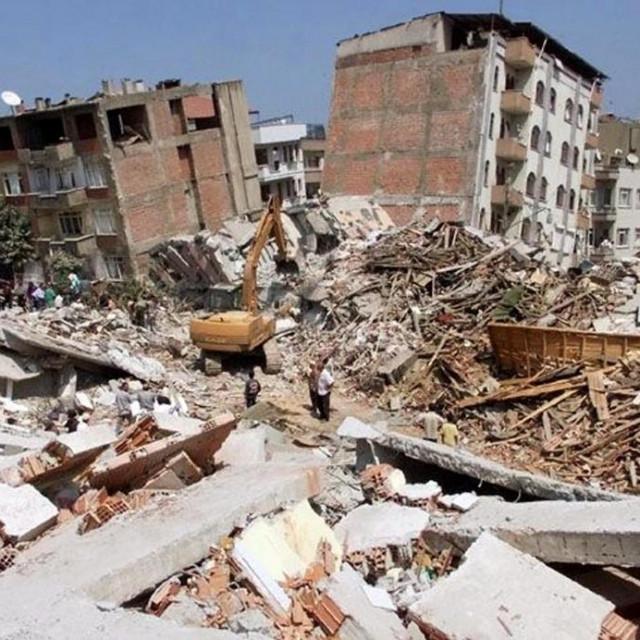 Potres u Turskoj 1999. godine, prizor iz grada Adapazari udaljenog 100 km od Istanbula