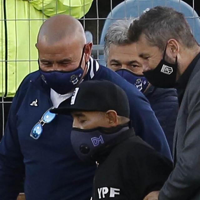 Maradona je stigao uz pomoć dvojice tjelohranitelja