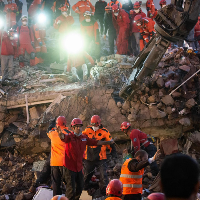 Spasitelji traže preživjele u ruševinama