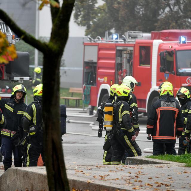 Rano jutros u OŠ Mato Lovrak u neselju Klaka u Dubravi izbio je požar. U gašenju sudjeluje 13 vatrogasnih kola a jedan vatrogasac je lakše ozlijeđen.