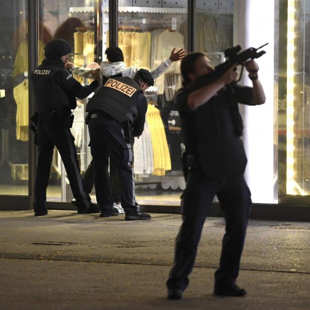 U Beču je u ponedjeljak navečer došlo do pucnjave u blizini sinagoge prilikom koje je više ljudi ubijeno i ozlijeđeno. Policija je pokrenula veliku potjeru za napadačima zbog čega je dobar dio austrijske prijestolnice blokiran.