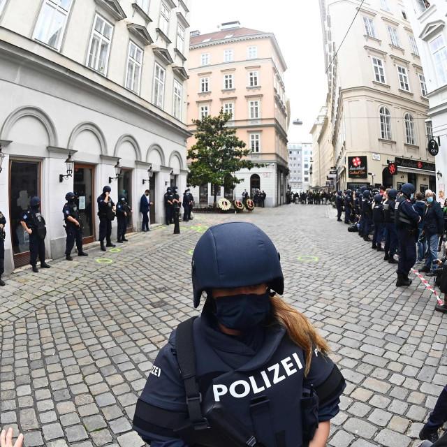 Policajci osiguravaju područje napada u Beču