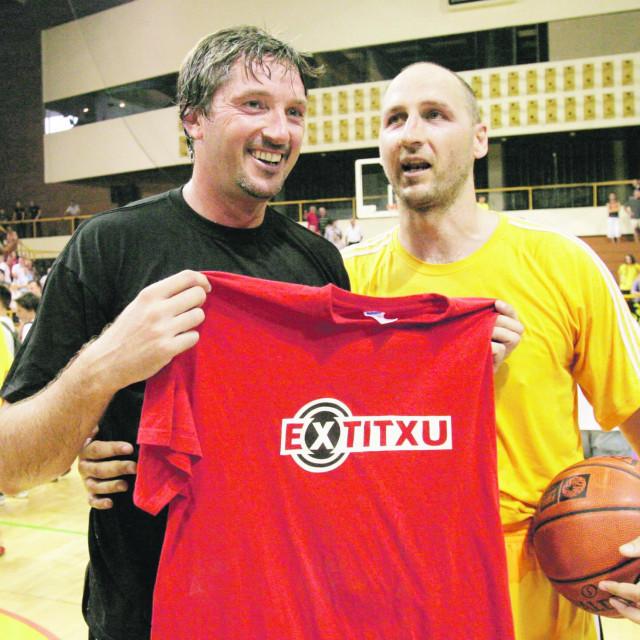 Toni Kukoč i Dino Rađa s jedne revijalne utakmice