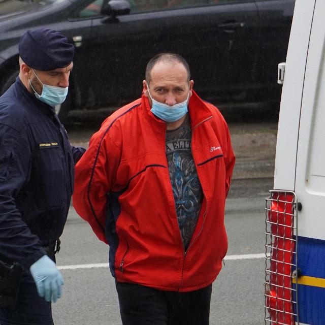 priveden mještanin Negoslavaca u pratnji policije