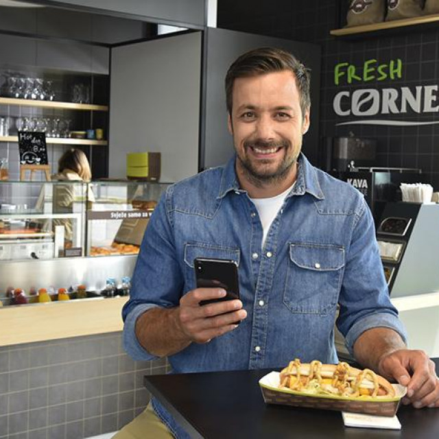<ul> <li>Ambasador INA Loyalty programa, proslavljeni rukometaš Zlatko Horvat, koristi INA Loyalty app, a ulaskom u Silver status dobio je kupon za Crispy Bacon hot dog.</li> </ul>