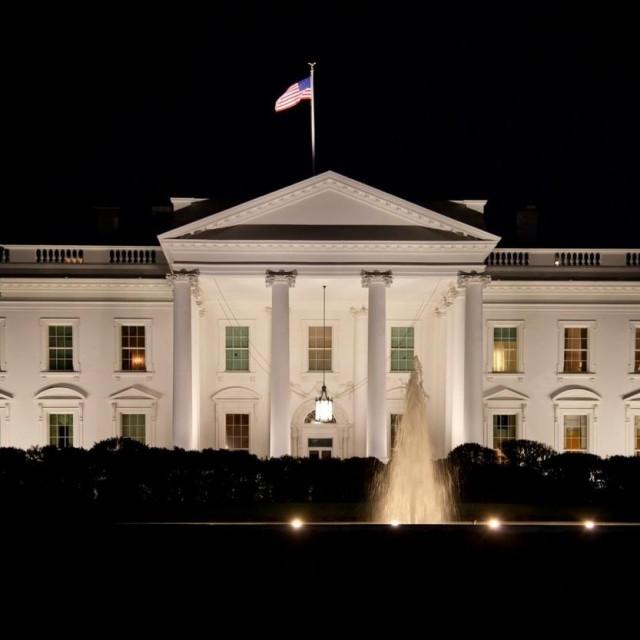 Bijela kuća noću