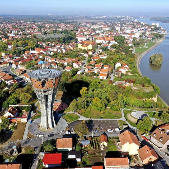 Pogled na vukovarski Vodotoranj prije obnove i grad Vukovar<br />
