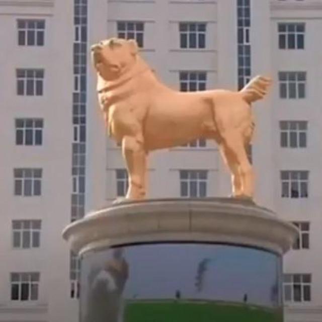 Zlatni kip alabaj psa