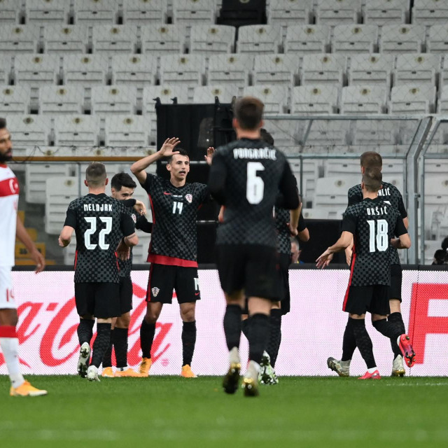Ante Budimir (treći slijeva) slavi pogodak u Istanbulu
