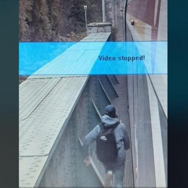 Slika trenutka zaustavljanja vlaka