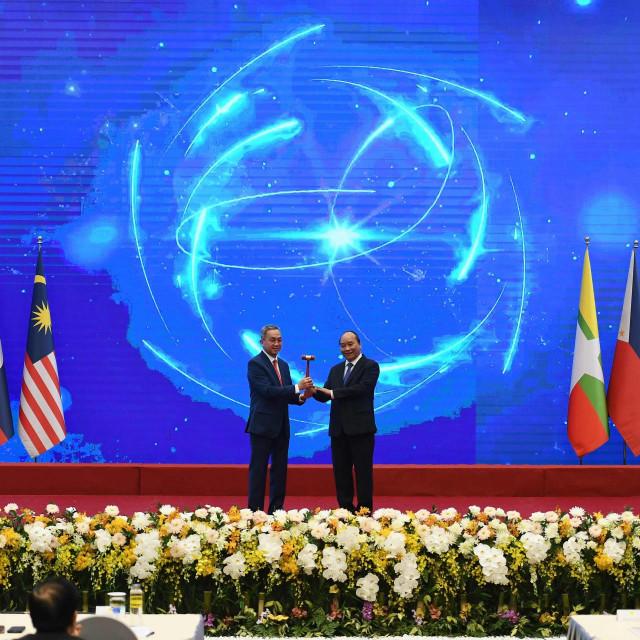 Vijetnamski premijer Nguyen Xuan Phuc i brunejski veleposlanik Pengiran Haji Sahari Bin Pengiran Salleh tijekom ceremonije potpisivanja sporazuma