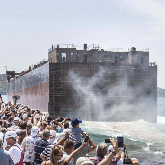 Od velikih industrija ostala je brodogradnja, nešto cementara, naftna industrija i.... a novih nema. Sve se oslanja na turizam koji je ove godine pao u korona komu...<br />