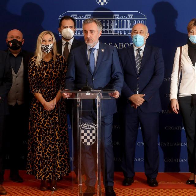 Miroslav Škoro, Milan Vrkljan, Igor Peternel, Stephan Nikola Bartulica i Karolina Vidović Krišto na današnjoj presici