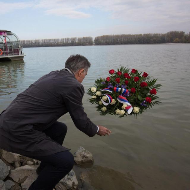 Jutarnji list - Delegacija SNV-a položila vijenac u Dunav, stigao demantij  iz Vlade: 'Milas ni nije trebao biti ondje'