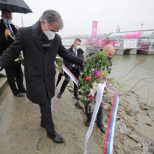 Milorad Pupovac polaže vijenac u Dunav