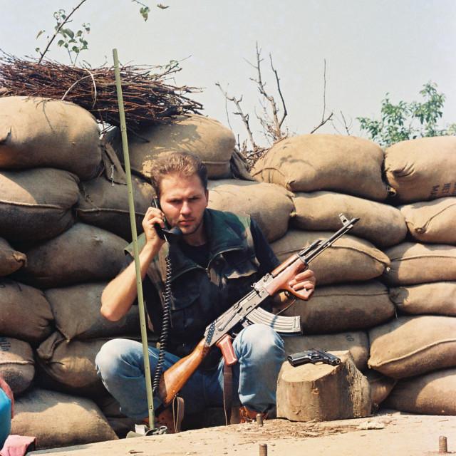 Vukovarski branitelj Damir Plavšić na položaju Desna Supoderica, Sajmište, kolovoz 1991.