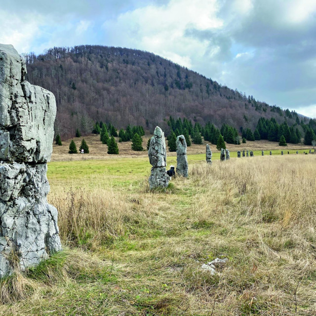 Usred Matić poljane dižu se kameni blokovi, memorijal posvećen partizanima koji su se tamo smrzli tijekom marša 1944. godine