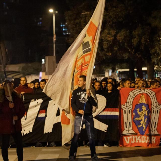 Pripadnici Torcide obilježili su Dan sjećanja na žrtve Domovinskog rata i Dana sjećanja na žrtve Vukovara i Škabrnje mimohodom uz Vukovarsku ulicu