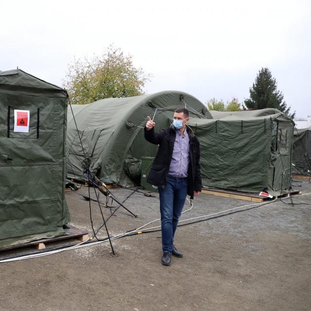 Nenad Kudelić ispred vojnih šatora na parkiralistu OB Varaždin