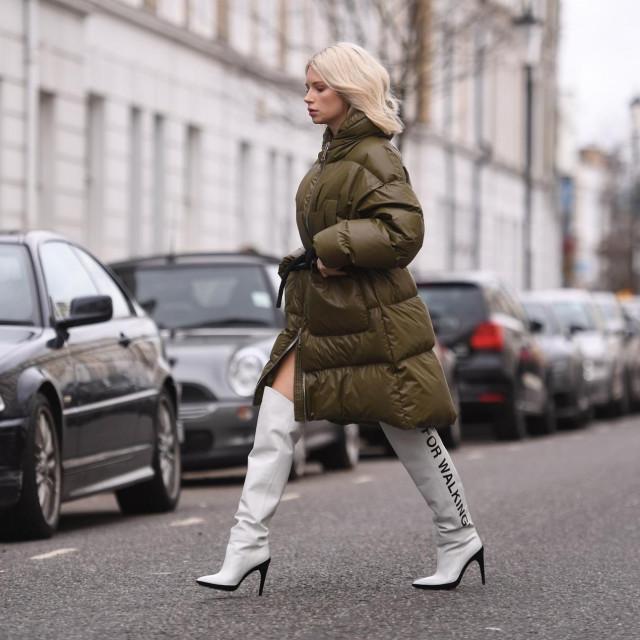 Lottie Moss uz proštepanu jaknu nosi visoke čizme-