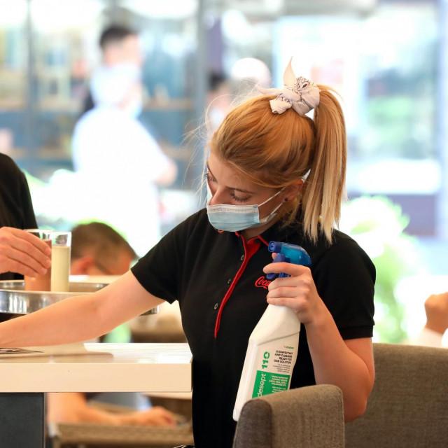 Konobari i konobarice u restoranu drže se preporuka stožera civilne zaštite.