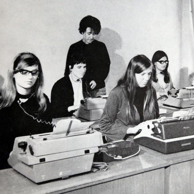 Ivana Canki (u pozadini)