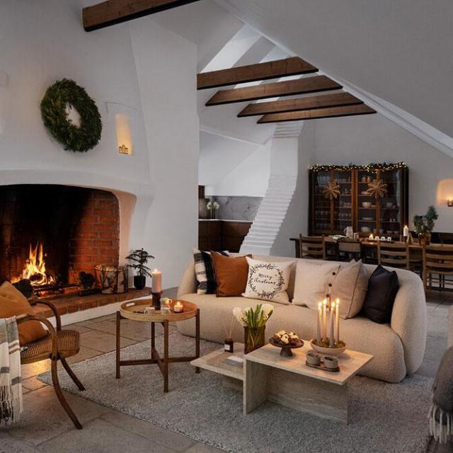"<a href=""https://www2.hm.com/en_gb/home/seasonal-trending/christmas.html"">H&M Home</a>"