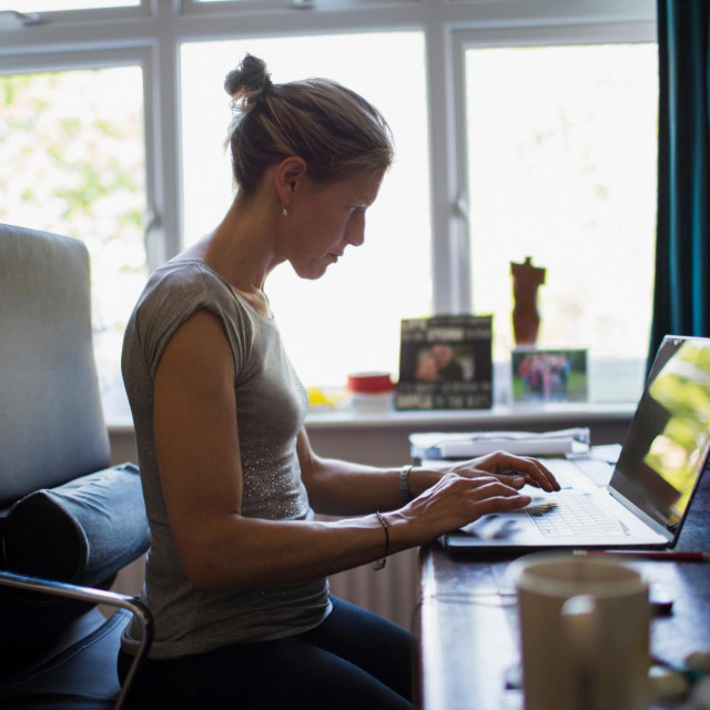 Tri četvrtine Europljana želi nakon pandemije nastaviti raditi od kuće. No sve su glasniji zahtjevi da se zakonom regulira – što je posao, a što privatnost i gdje je granica između poslodavčeva ureda i zaposlenikova stana te između radnog i privatnog vremena