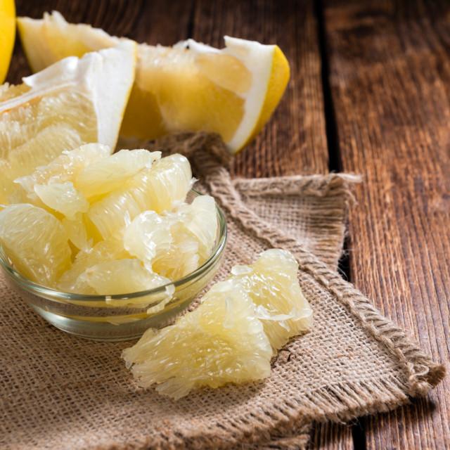 Odličan je izvor vitamina C; jedan oguljeni pomelo sadrži oko 400 posto preporučenih dnevnih vrijednosti tog vitamina