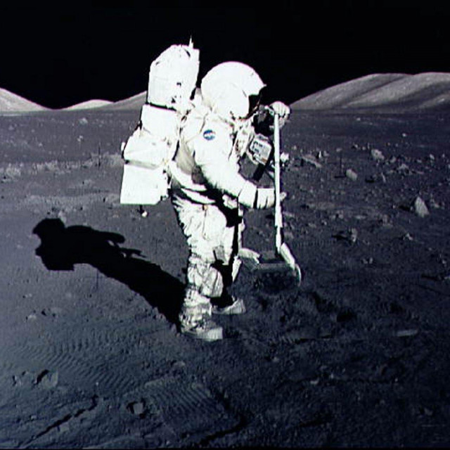 Prosinac 1972., astronaut Harrison Schmitt prikuplja kamenje s mjeseca u misiji Apollo 17